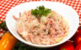 Velký výběr salátů a dalších pokrmů ze studené kuchyně