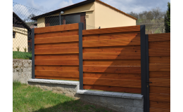 Komponenty pro stavbu nového plotu, jako jsou plotovky a plotová prkna, nabízí společnost Wood Cité, s.r.o.