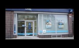 Použití hliníkových prosklených oken a dveří ke vstupu do provozovny.