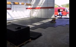 Rozebíratelné průmyslové podlahy z PVC panelů