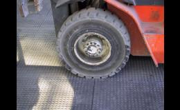Zátěžové podlahy snesou i přejezd nákladního automobilu