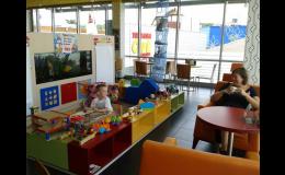 Q servis s posezením v kavárně s cukrárnou a dětským koutkem