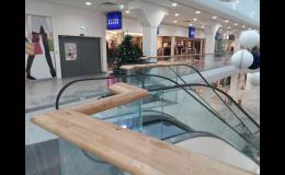 Dřevěná madla v obchodním centru, FK DŘEVĚNÉ LIŠTY spol. s r.o.