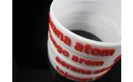 Embossované silikonové náramky podle požadavků zákazníka