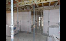 Přímo na stavbě se desky betonují do bednění s výztuží
