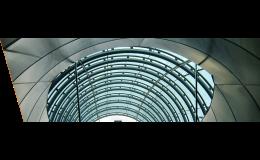 Oblouková skla upevněná na nosné konstrukci - Stanice metra A Hradčanská