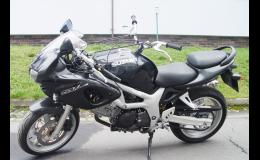 Zkušební jízdy v autoškole v Benešově na motocyklech Suzuki a Yamaha