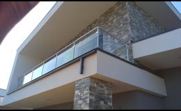 Moderní hliníkové zábradlí se skleněnou, dřevěnou či hliníkovou výplní