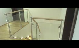 Interiérové hliníkové zábradlí s dřevěnými madly a skleněnou výplní