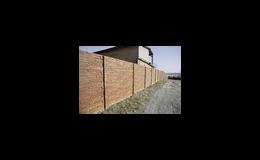 Betonové ploty různých stylů, betonové stříšky, sloupky