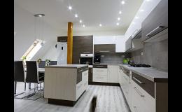 Kuchyňské vybavení včetně spotřebičů, úložných systémů