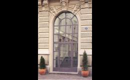 Venkovní dveře obloukové konstrukce