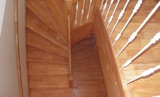 Odolný nábytek z hevea brasiliensis vyrábí ŠP Truhlářství