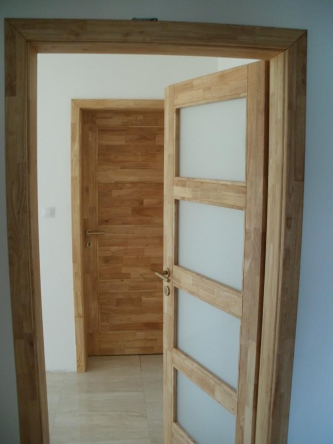 Dřevo kaučukovníku brazilského je odolné, kvalitní a má dlouhou životnost.