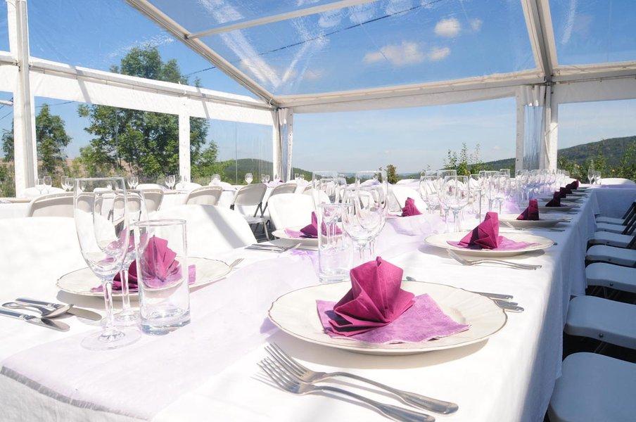 Venkovní oslavu či večírek můžete uspořádat kdykoli díky našim cateringovým a party stanům.
