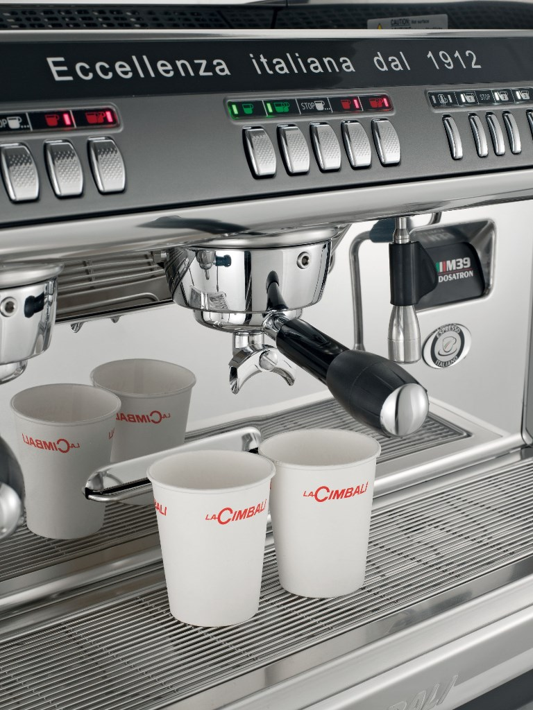 V kávovaru si můžete připravit kvalitní zrnkové nebo instantní kávy jako je například espresso, bílá káva, latte macchiato a další.