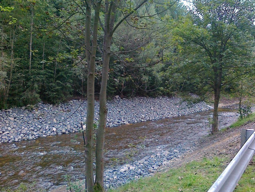 Spárování kamenných zdí a dlažeb u vodních toků
