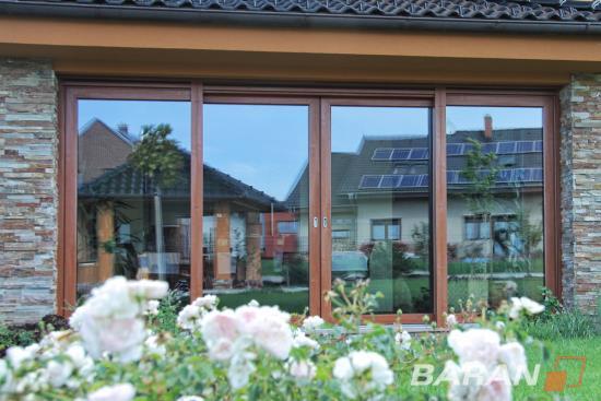 Dřevěná i plastová okna, která domům sluší