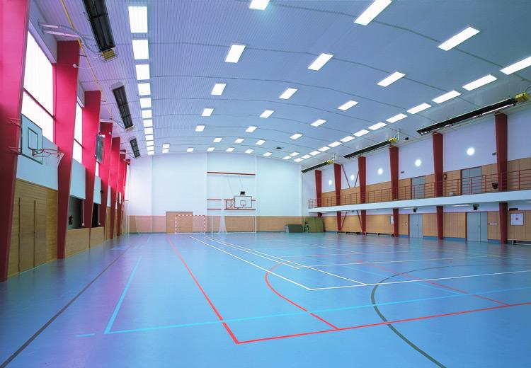 V centru areálu je tenisový kurt s umělým povrchem