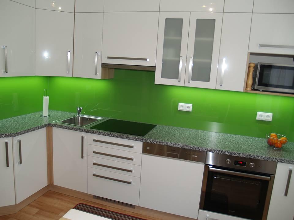 Skleněné obklady dodají punc luxusu každé kuchyni i koupelně