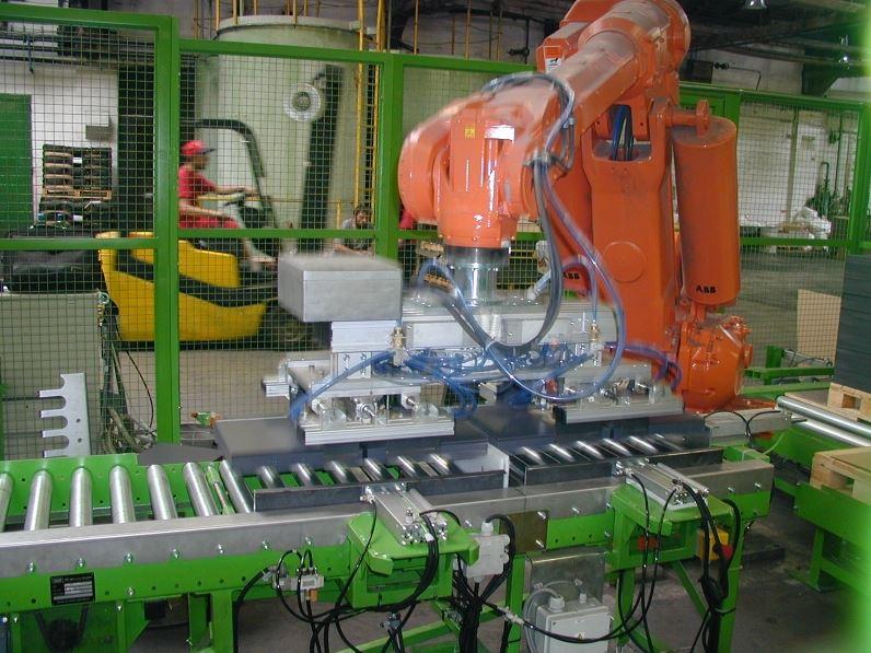 Balicí a paletizační linky, ukládání zboží na palety pomocí robotů