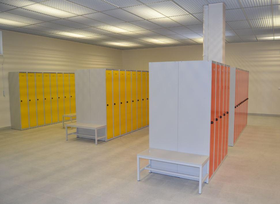 Šatní kovový nábytek pro školy, který vydrží