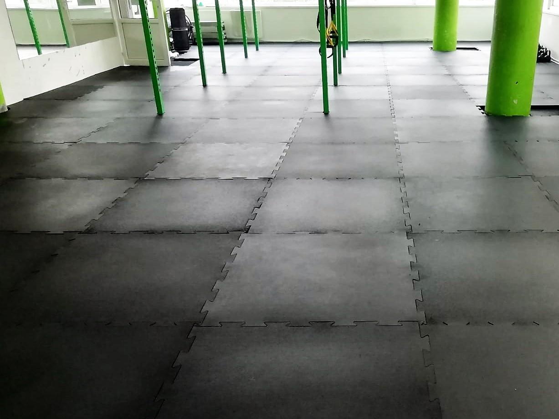 Podlaha pod činky – pryžové desky nebo puzzle s žebrováním, Praha