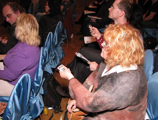 Chystání míst na sezení pro konferenci