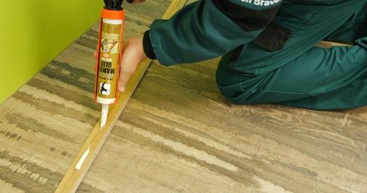 Lepení podlahové lišty nad plovoucí podlahou - Mamut