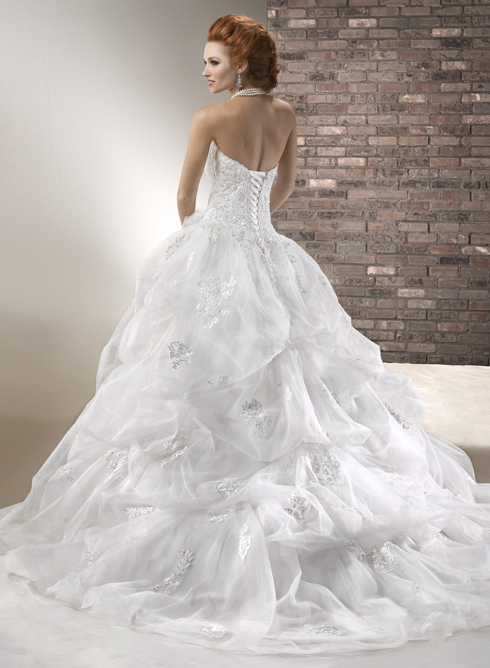 Jednoduché nebo extravagantní svatební šaty?