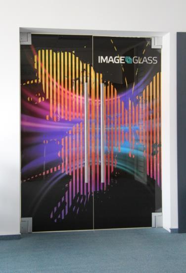 Skleněné stěny s grafickým potiskem dodají interiéru luxusní, moderní vzhled