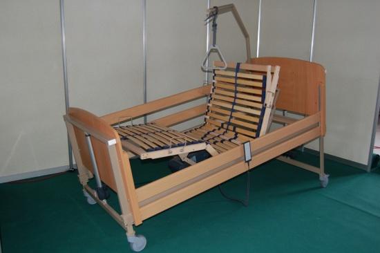 Elektrická polohovací postel usnadní každodenní život nemocnému i jeho pečovateli