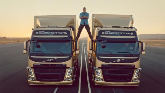 Jean - Claude Van Damme a jeho impozantn� rozno�ka ukazuj� preciznost ��zen� Volvo Trucks