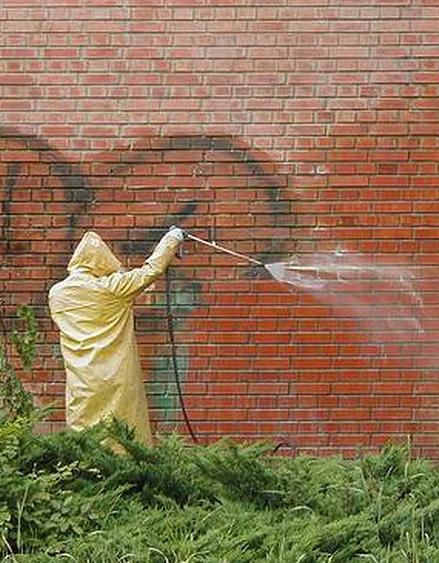�ist�me povrchy, fas�dy a odstra�ujeme graffiti