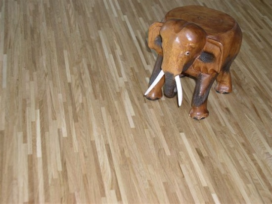 Dřevěná prkna se hodí nejen na podlahu, vybavíte jimi celý interiér