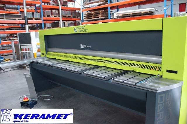 Nejen ohýbačka, ale také nůžky pro zpracování plechu patří mezi technologie používané v Keramet.