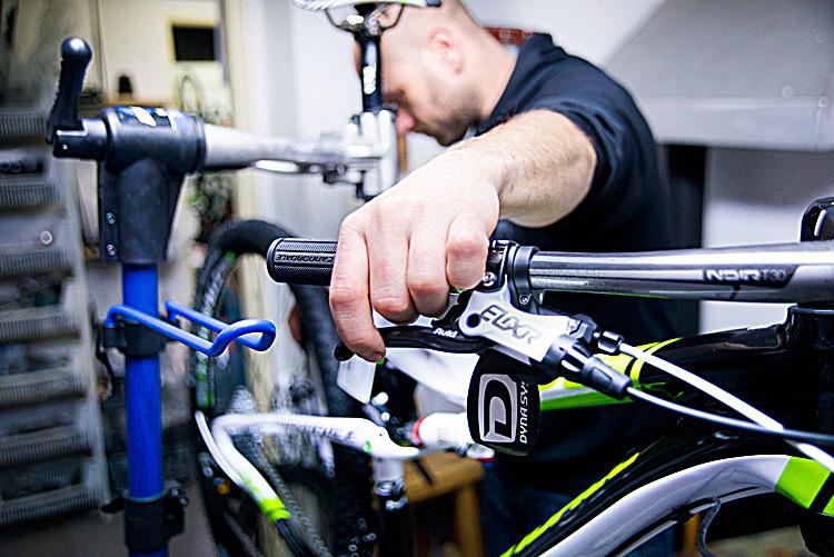 J�zdn� kola r�zn�ch typ�, spolehliv� cykloservis i cyklovybaven� � od cyklistick� p�ilby a� po funk�n� pr�dlo