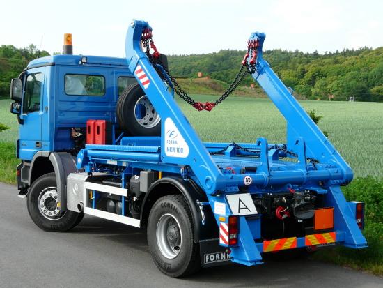 V�roba n�staveb n�kladn�ch vozidel se specializac� na kontejnerov� nosi�e a skl�p��e