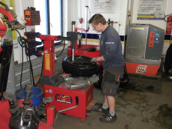 Do pneuservisu za v�m�nou pneu, opravou i n�kupem