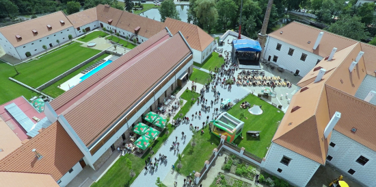 Celoro�n� kulturn� spole�ensk� program v prostor�ch Hotelu Z�mek Vale�