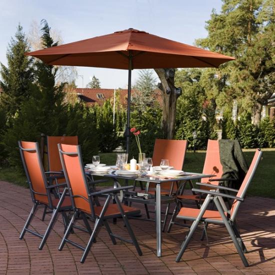 Plastový zahradní nábytek pro relaxaci, přepravní košík pro usnadnění práce