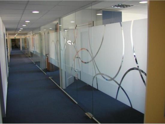 Skleněné příčky, stěny a skleněné dveře od Sklenářství ACERA Praha 6 udělají Vaše prostory moderní a reprezentativní