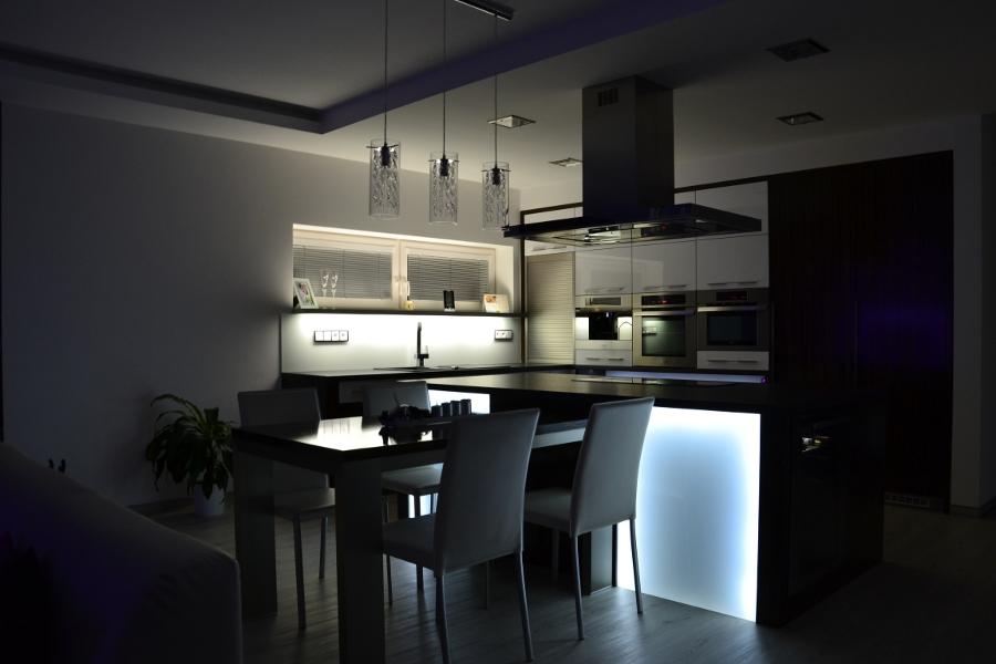 Kuchyn�, vestav�n� sk��n� i n�bytek do cel�ho bytu v�m vyrob�me na m�ru