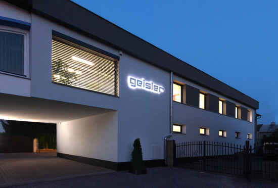 �klidov� firma Geisler zaji��uje i �i�t�n� sol�rn�ch panel�