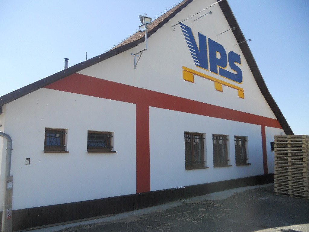 Společnost Miroslav Šuster - VPS vyrábí dřevěné palety pro skladování a převoz zboží.