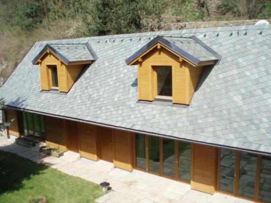 Skvěle vypadá střecha z barevné břidlice, ale i jiné břidlicové střešní krytiny.