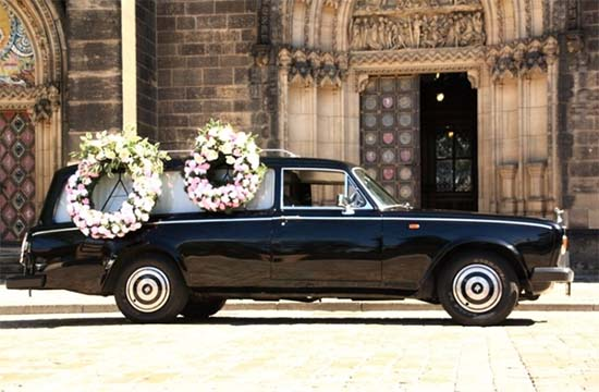 Zařídíme spolehlivě vše potřebné včetně všech detailů, jako je například smuteční vůz nebo smuteční kytice.