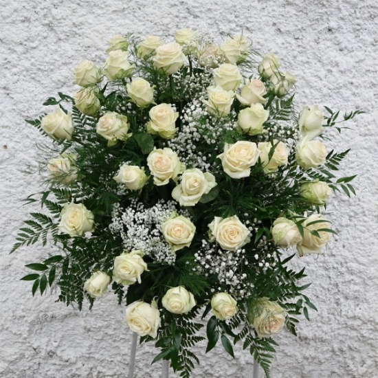 HELFI Praha nabízí komplexní pohřební služby, včetně zajištění smutečních kytic.