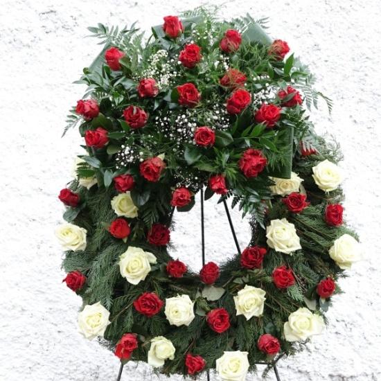 Zajistíme komplexní servis spojený s pohřbem zemřelého, myslíme na všechny detaily včetně smutečních kytic a věnců.