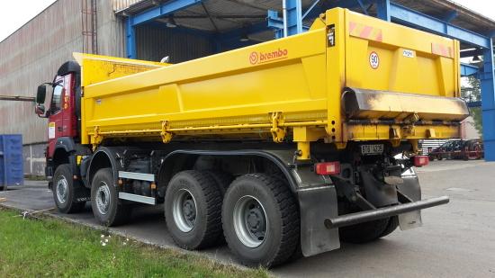 třístranný sklápěč na podvozku VOLVO s hydraulickou bočnicí a hydraulicky odjišťovaným čelem